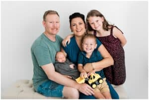 family photoshoot in cairns with newborn by newborn photographer Lizzy Hannaford photographer