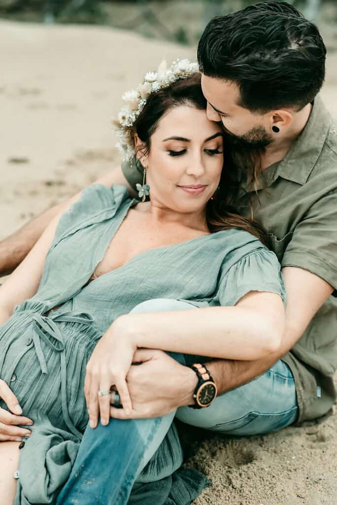 couples maternity photo by cairns maternity photographer Lizzy Hannaford Photography